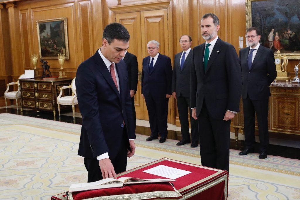 El nuevo presidente del Gobierno de España, Pedro Sánchez, toma posesión del cargo ante el Rey Felipe VI, el presidente saliente Mariano Rajoy y otras autoridades.