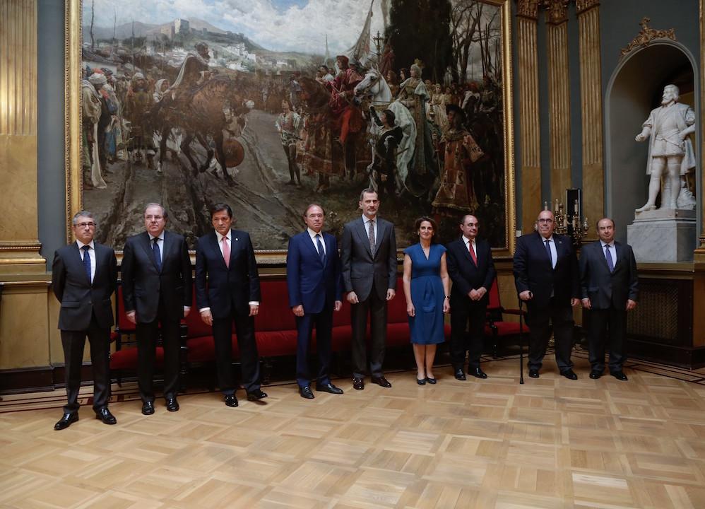 Herrera posa con el Rey Felipe VI y el resto de autoridades antes de iniciarse el acto oficial de celebración.