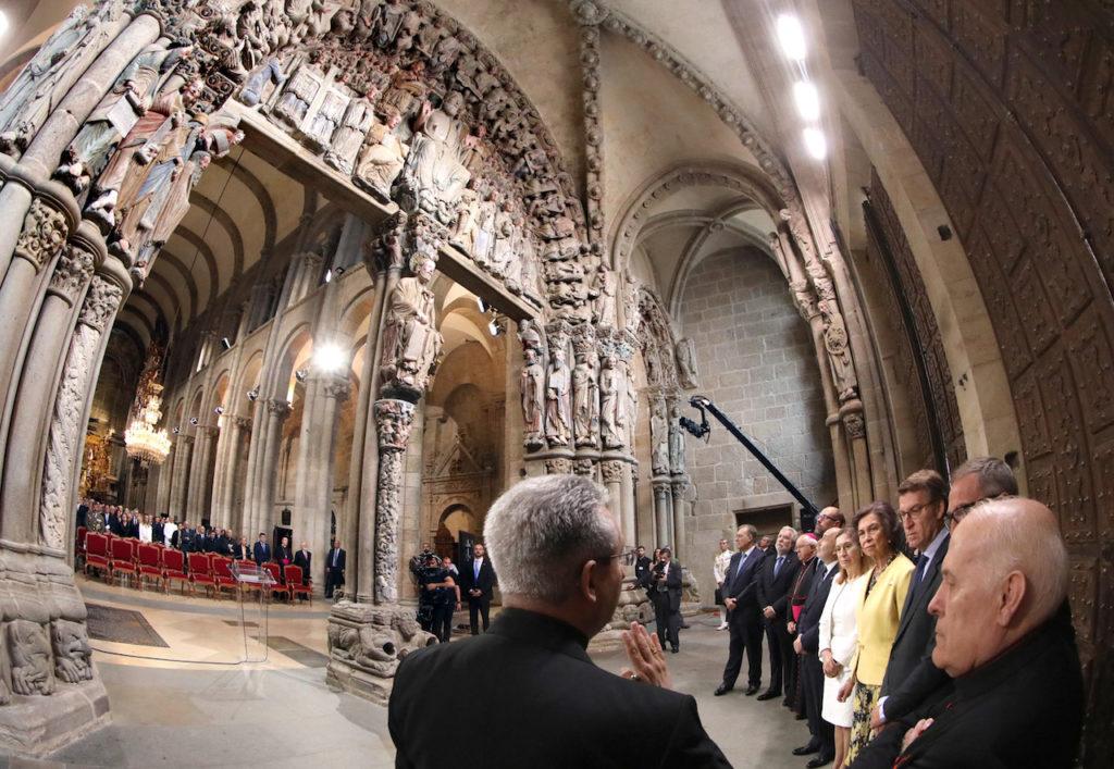 Autoridades asistentes a la inauguración atienden las explicaciones sobre el Pórtico de la Gloria con la policromía ya recuperada.