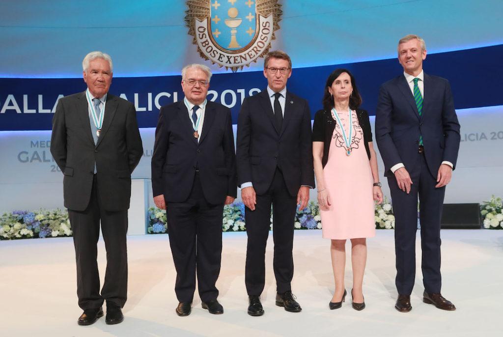 Alberto Núñez Feijóo, con el vicepresidente de la Xunta, Alfonso Rueda (derecha) y los premiados con la Medalla de Galicia.