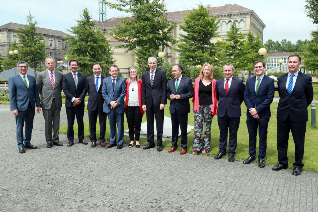 El conselleiro de Economía, Emprego e Industria, Francisco Conde, posa con representantes de las empresas comercializadoras de energía eléctrica de referencia con las que firmó el acuerdo.