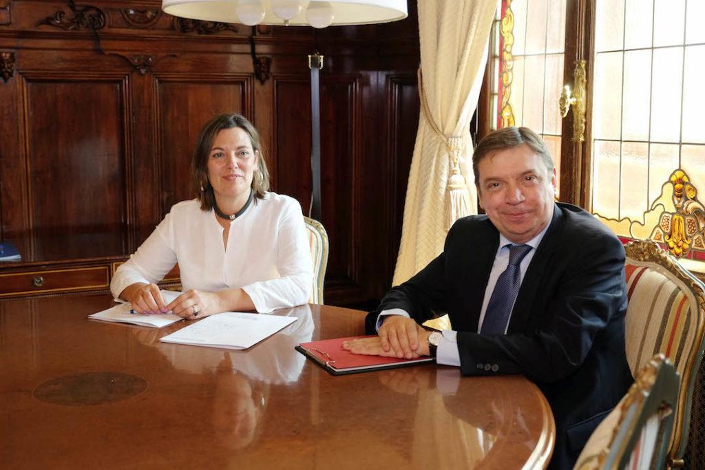 La consejera Milagros Marcos y el ministro Luis Planas posan antes de su reunión.