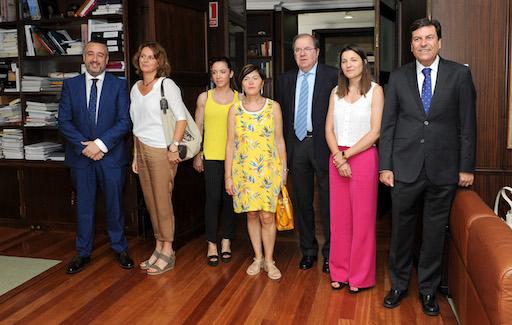 Herrera posa con el consejero de Empleo, Carlos Fernández Carriedo (derecha) y los miembros de la Mesa del Autónomo.