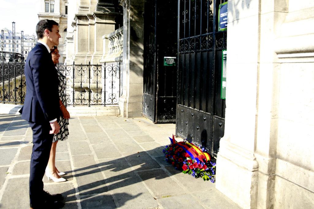 El presidente del Gobierno, Pedro Sánchez, y la alcaldesa de París, Anne Hidalgo, descubren una placa conmemorativa de 'La Nueve', la primera unidad aliada que entró en la capital francesa en el año 1944.