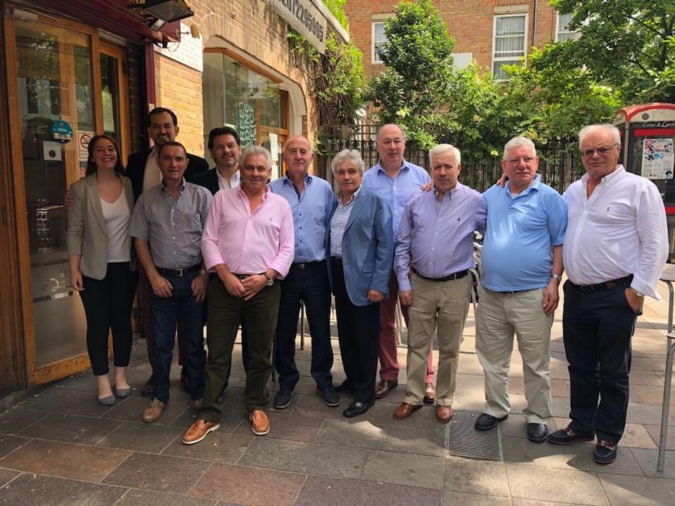 Militantes y directivos del PP en el Reino Unido, con su presidente Jesús Ledo (centro) a la cabeza, posan con Rodríguez Miranda.