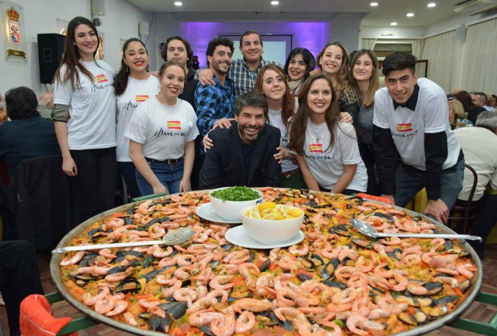 Óscar Caballero junto a jóvenes del Centro de Castilla y León de Mar del Planta y la gran paella.