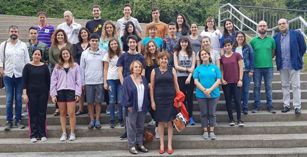 En el centro delante, Paz Fernández Felgueroso y Begoña Serrano con los alumnos del primer curso de la sexta promoción de la Escuela de Verano de Asturianía, sus profesores y miembros de la Escuela de Música Tradicional de Oviedo.