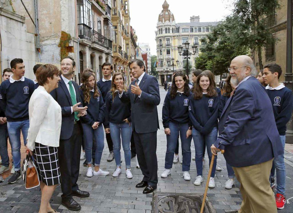 Begoña Serrano, Guillermo Martínez, Javier Fernández yel responsable del área de Cultura del Centro Asturiano de México, Aurelio González, en las calles de Oviedo.