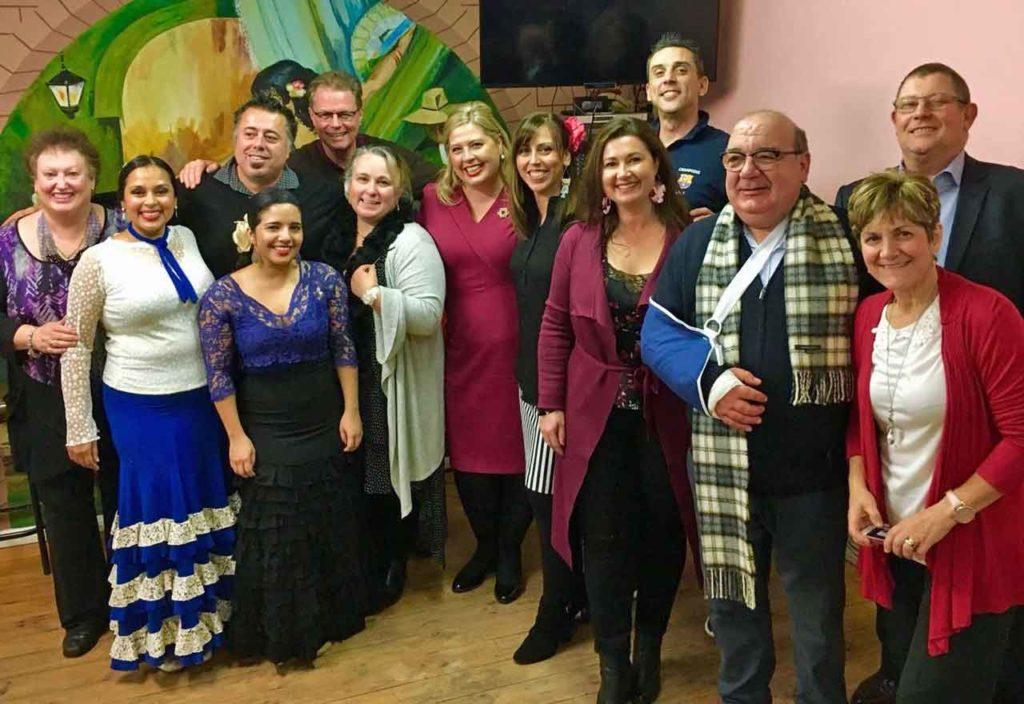 Katrina Hillyard, en el centro de vestido rojo, con miembros de la directiva del Club Español.