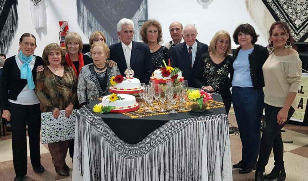 Directivos de la entidad y de la colectividad alrededor de la tarta del 49 aniversario.