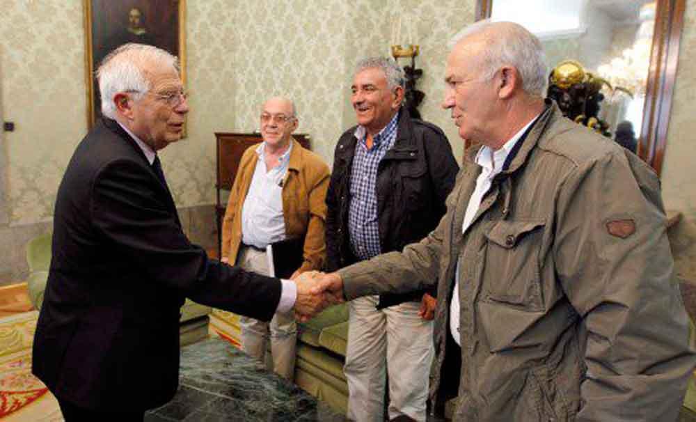 Borrell con los miembros de 'Long Hope'.