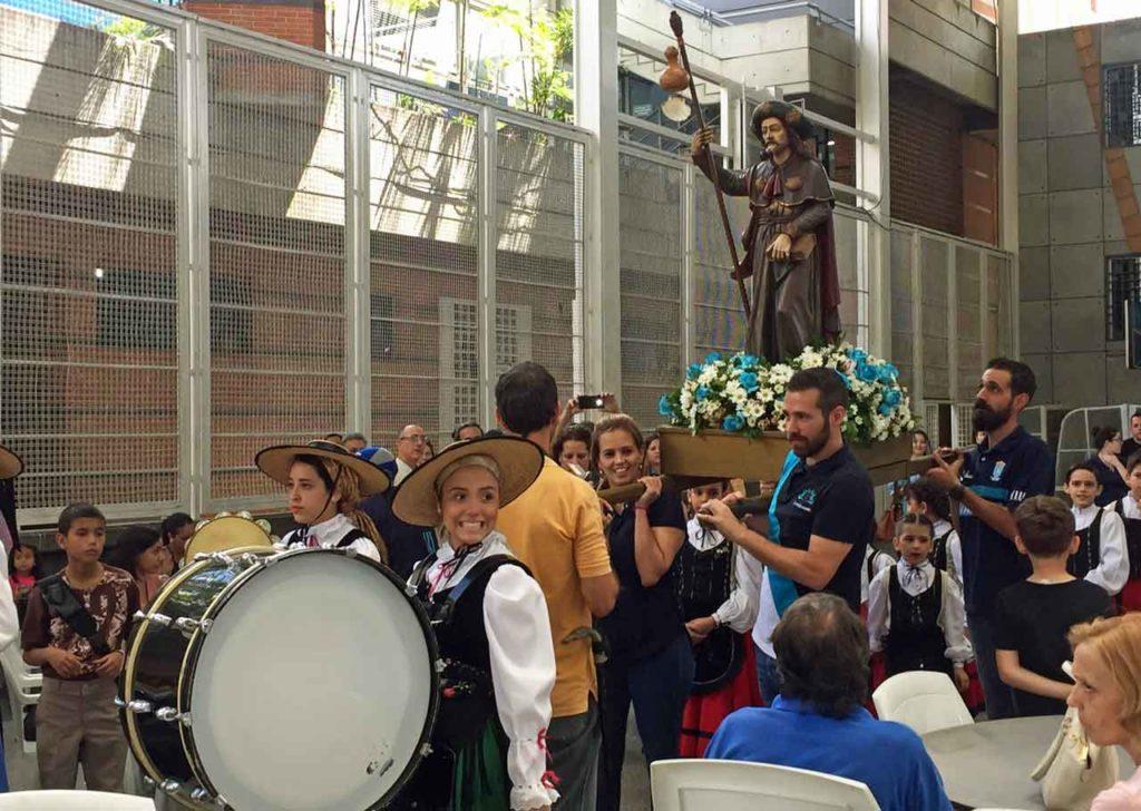 Procesión con la imagen del Apóstol Santiago en el polideportivo de la Hermandad Gallega de Venezuela en Caracas.