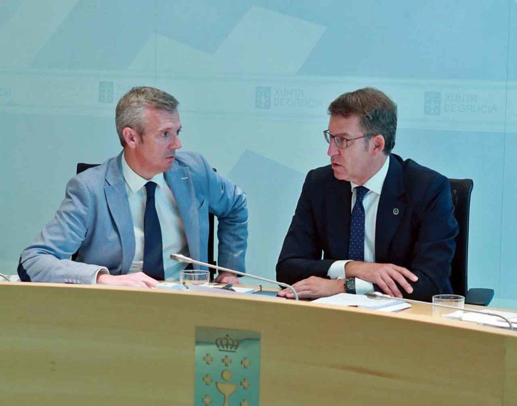 El vicepresidente de la Xunta, Alfonso Rueda, y el presidente, Alberto Núñez Feijóo, en la reunión del Consello de la Xunta del jueves 12 de julio.