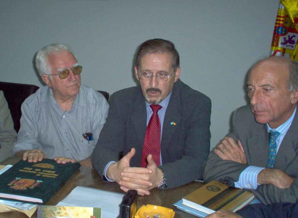 Imagen de archivo de Miguel Cortizo (centro) en una reunión con emigrantes en Argentina.
