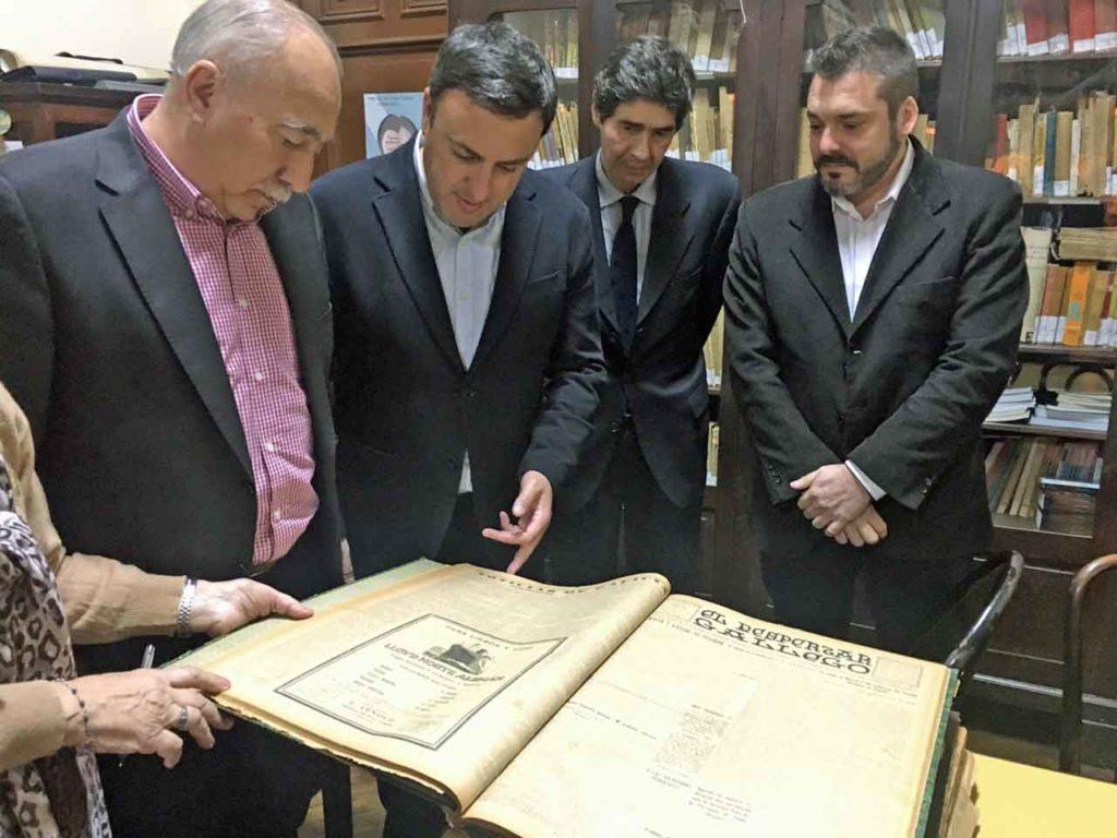 González Formoso, segundo por la izquierda, observando algunas de las piezas del Museo de la Emigración Gallega en Argentina.