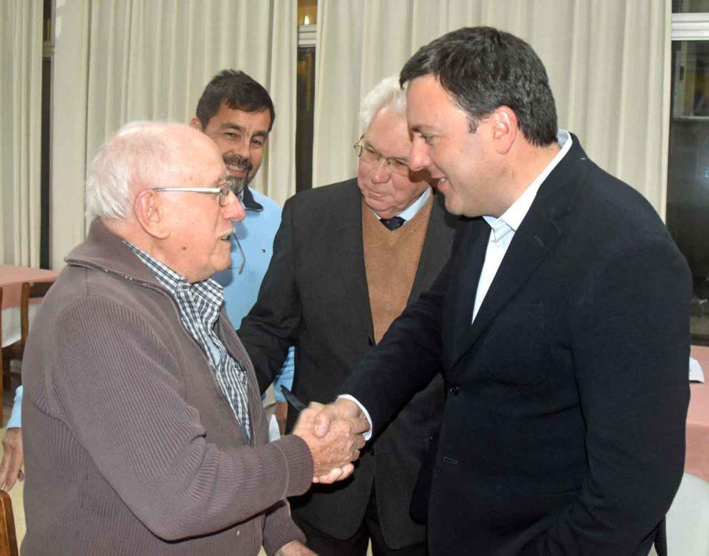 González Formoso saludando a Alejandro Canedo de Laracha en el Hogar Español.