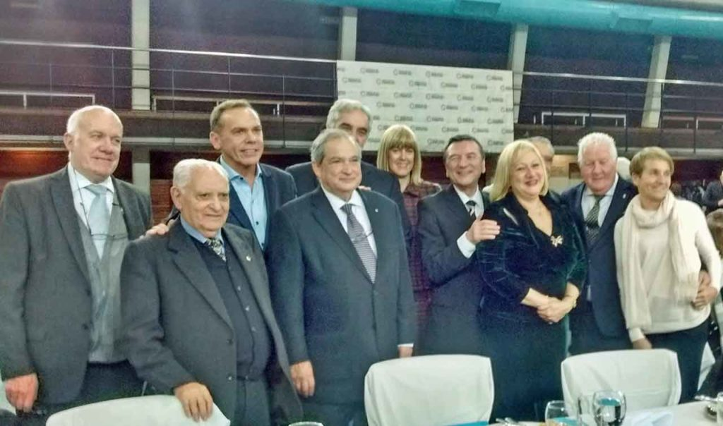 Autoridades e invitados de la mesa principal.