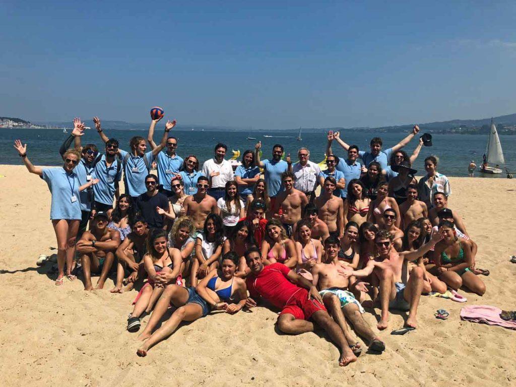 El secretario xeral con los jóvenes de Conecta con Galicia en la playa de Gandarío.
