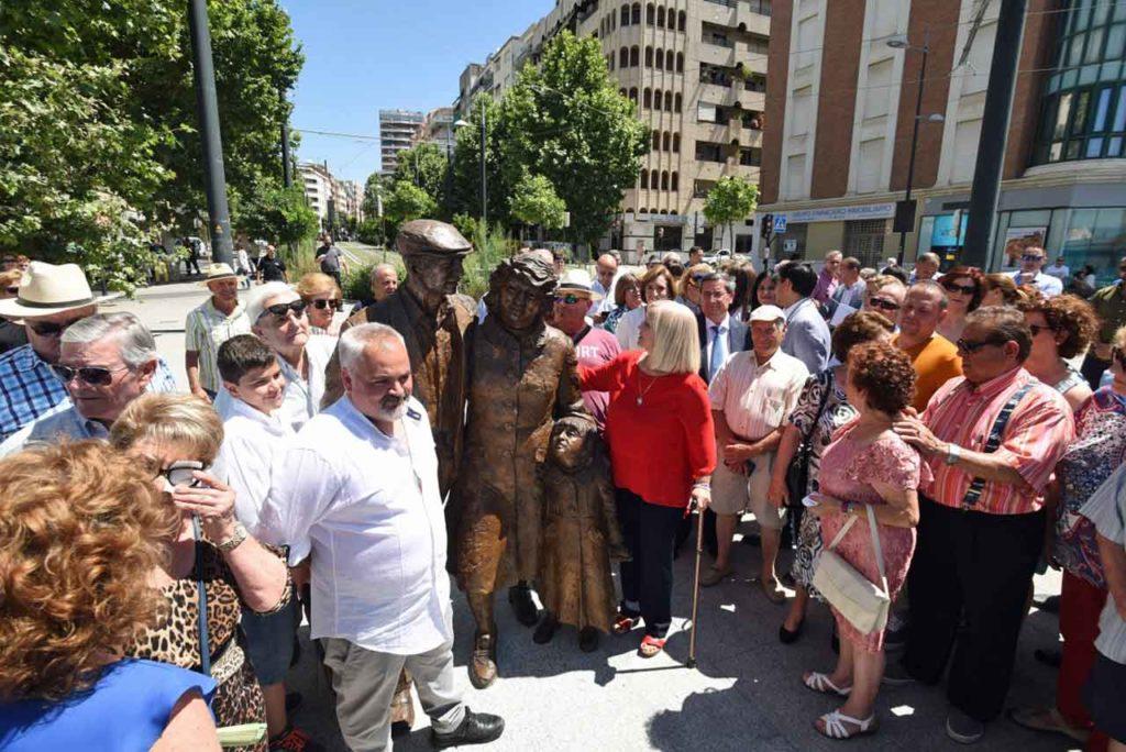 La presidenta de AGEyR, María José Hueltes, junto a al escultura en un momento del acto.