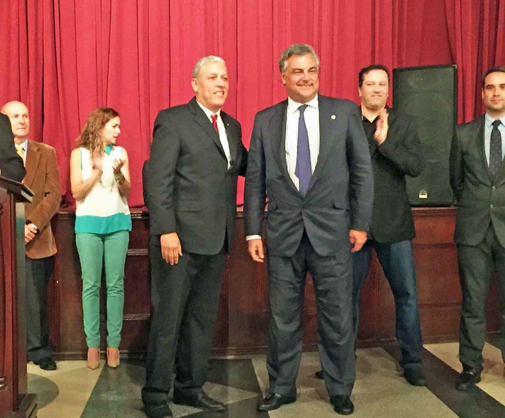 Durante el acto, Ricardo Márquez (centro izquierda) entregó un reconocimiento al embajador de España en Venezuela, Jesús Silva.