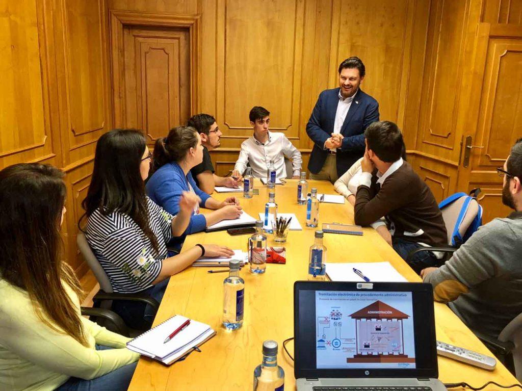 Antonio Rodríguez Miranda con los jóvenes del curso de habilidades directivas.