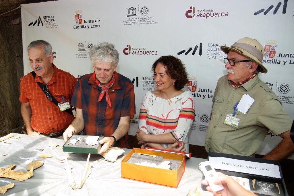 La consejera de Cultura y Turismo, María Josefa García Cirac, participó en la presentación de los hallazgos de la campaña de excavaciones 2018 en la Sierra de Atapuerca, junto a sus codirectores, Juan Luis Arsuaga, Eudald Carbonell y José María Bermúdez de Castro.