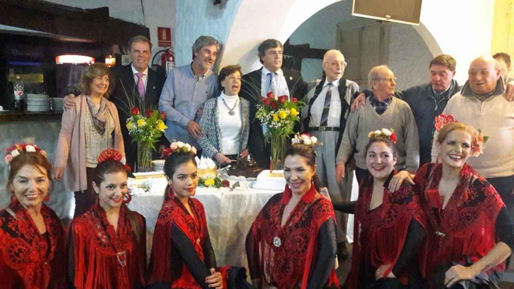 Autoridades y cuerpo de baile del Centro Español de Maldonado.