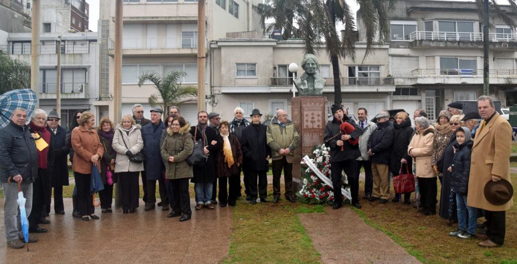 Autoridades que acudieron a la ofrenda floral en la Plaza de Galicia.