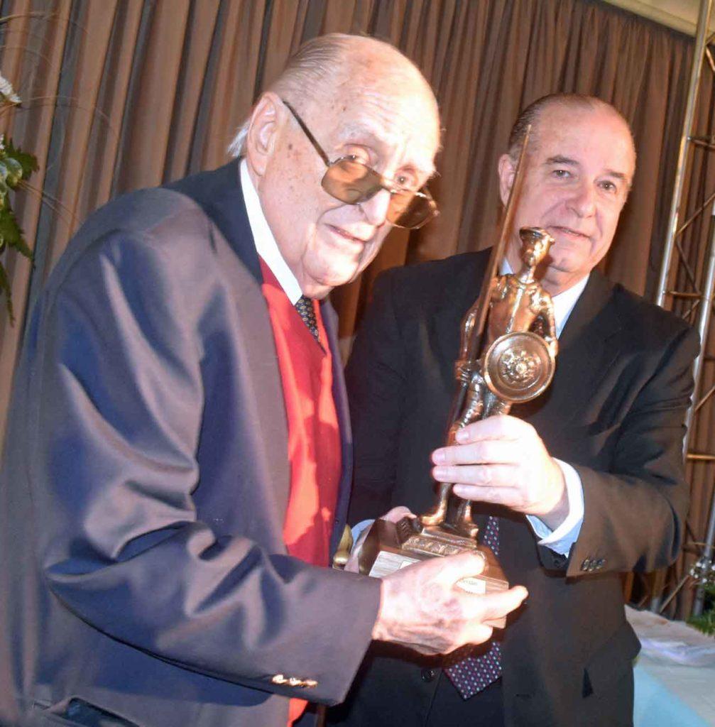 Óscar Monserrat recibe el Premio Quijote 2018 de manos de Víctor Moldes.