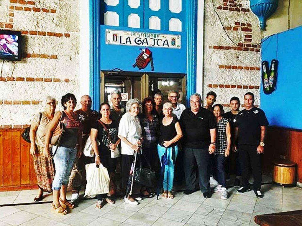 Directivos del Club Navia de Suarna que participaron en el almuerzo.