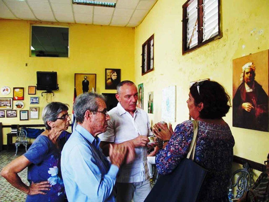 El viceconsejero conversando con los directivos de la entidad canaria en Santa Clara.