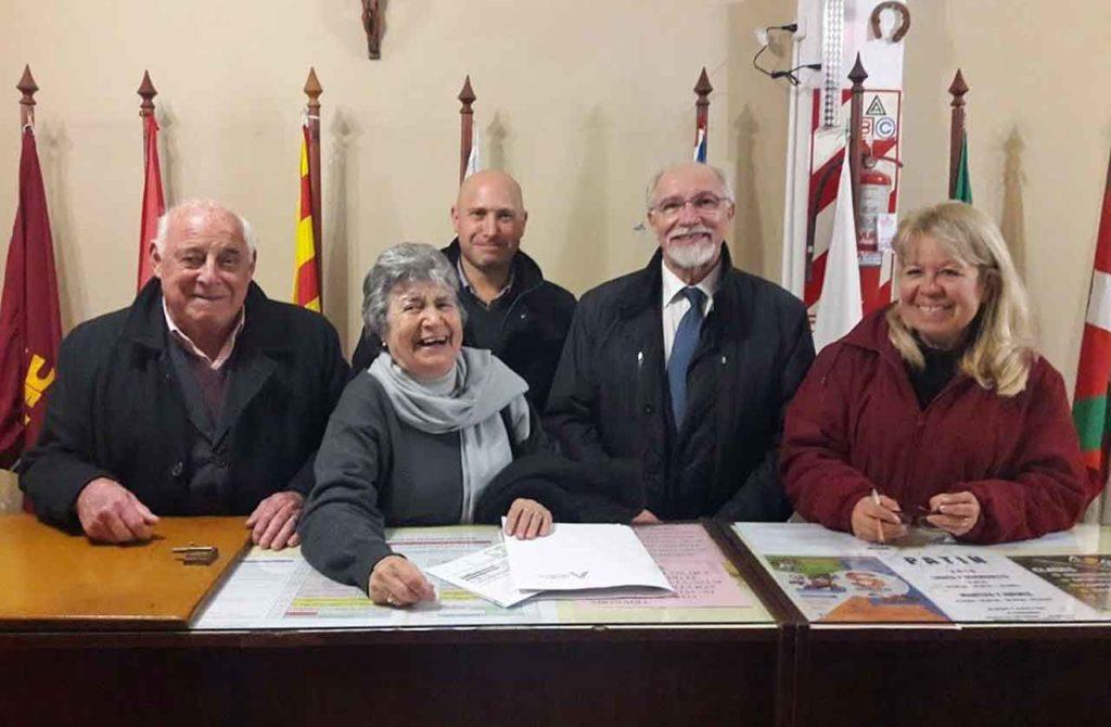 José Luis Mira, segundo derecha, con directivos de Sociedad Española de Socorros Mutuos de Salta.