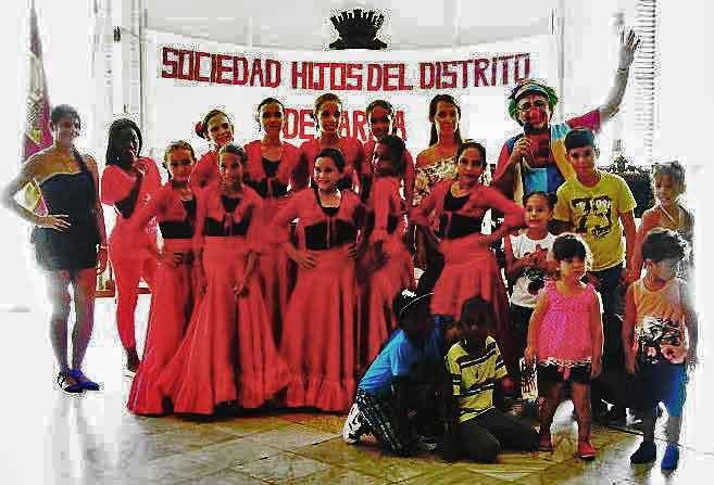 El grupo de baile 'Amigos de Láncara' y el payaso 'Rollo' con algunos de los niños participantes.