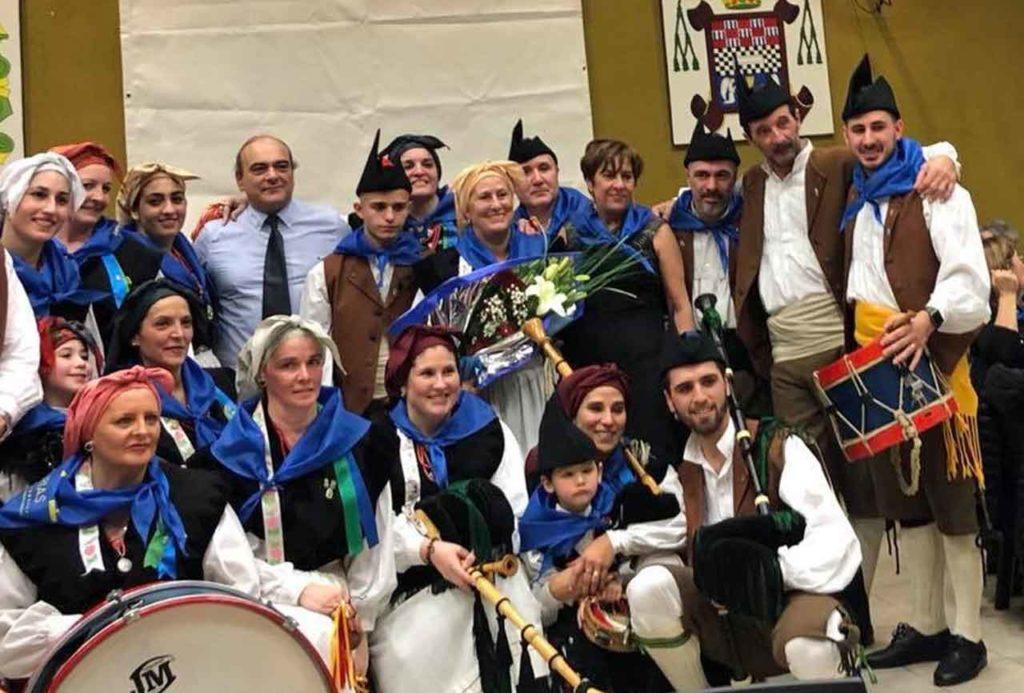 La directora general junto al conjunto de baile y gaitas de la centenaria institución.