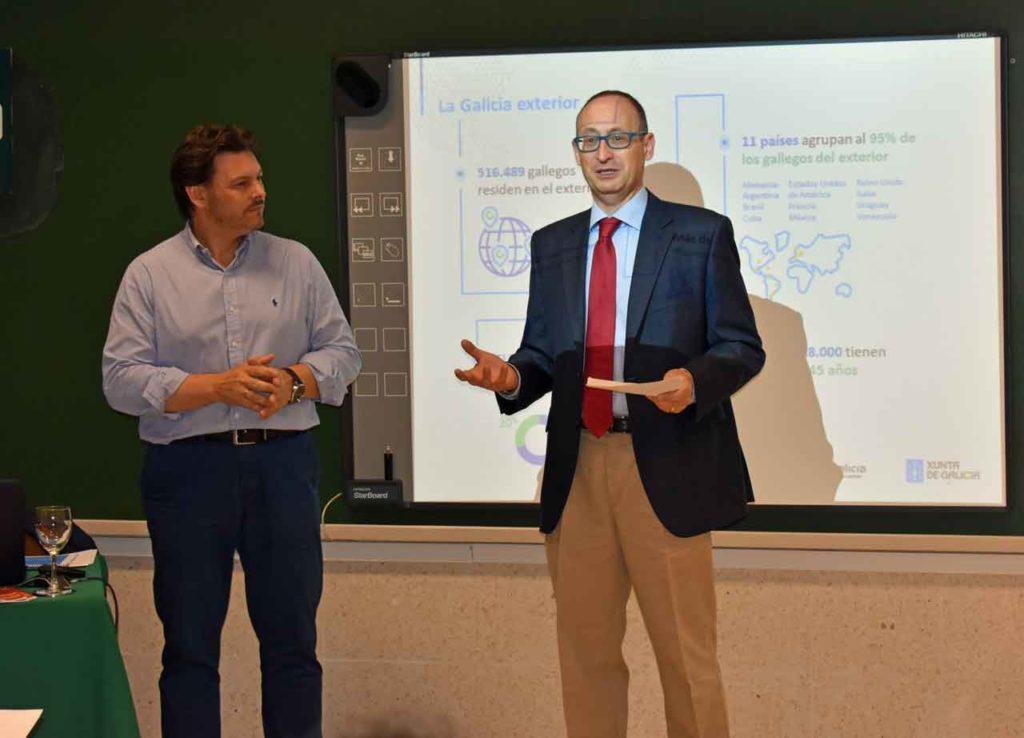 El director del curso, Víctor Manuel González Sánchez, presenta al secretario xeral da Emigración, Antonio Rodríguez Miranda (izquierda).