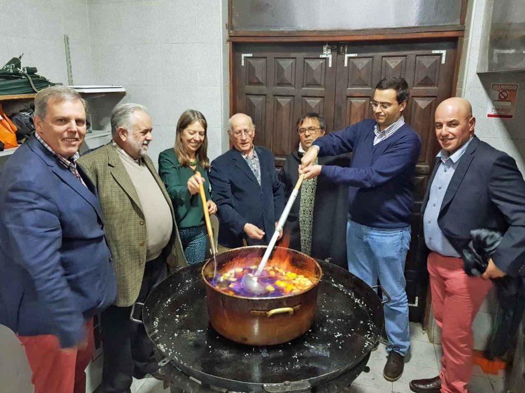 Autoridades del Centro Gallego y consejero cultural de la Embajada de España haciendo la queimada.