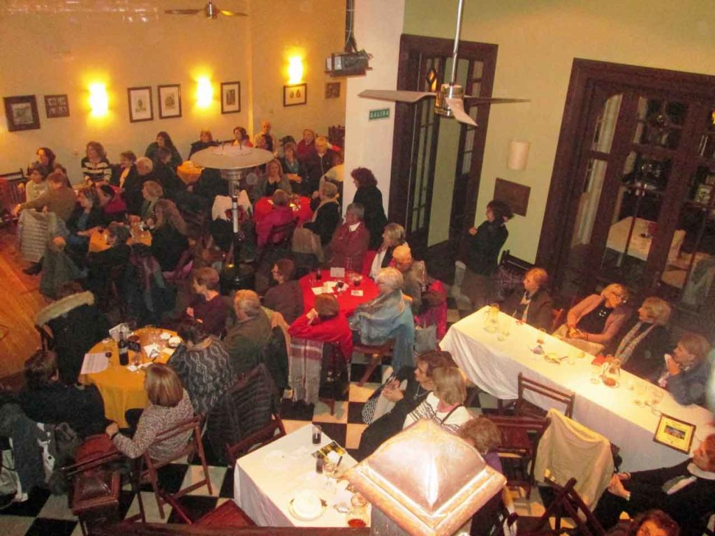 Asistentes a la 'Nit de Sant Joan' en la Asociación Comunidad Valenciana de Montevideo.