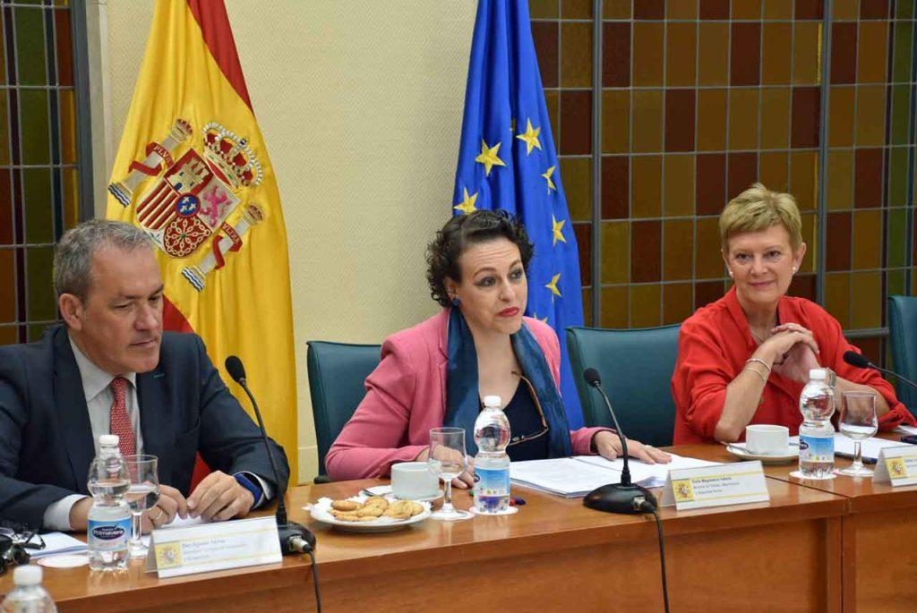 El secetario general de Inmigración y Emigración, Agustín Torres, la ministra Magdalena Valerio y Consuelo Rumí.