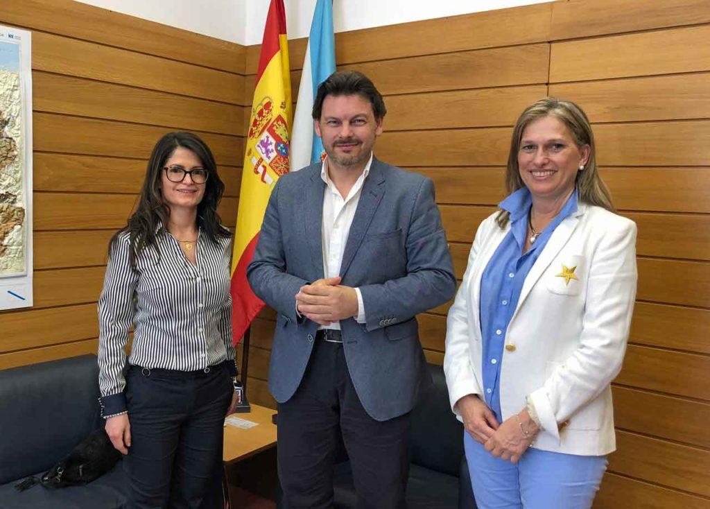 Antonio Rodríguez Miranda con las representantes de VeneLugo.