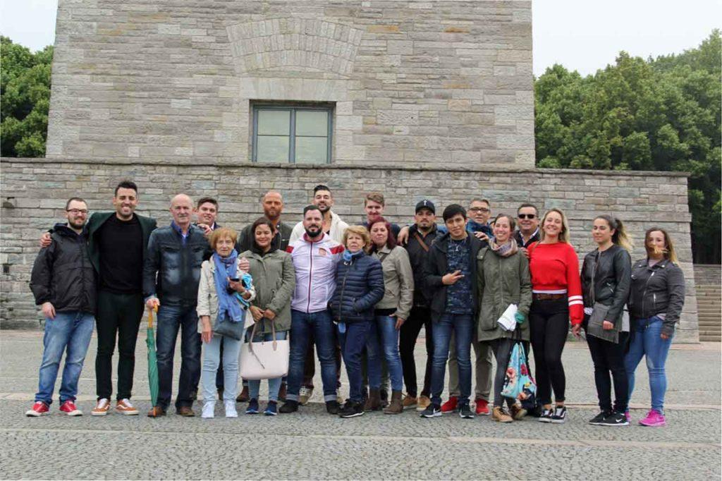 Los visitantes junto al Monumento al Holocausto de Buchenwald.