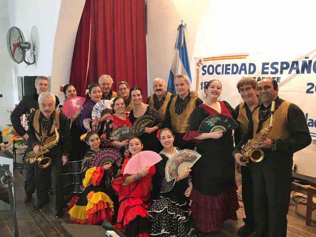 Miembros del ballet de la entidad y la orquesta Los Gavilanes de España.