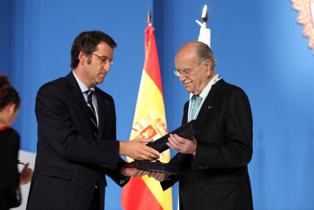 Gerardo Fernández Albor recibió en el año 2009 la Medalla de Galicia de manos de Alberto Núñez Feijóo.