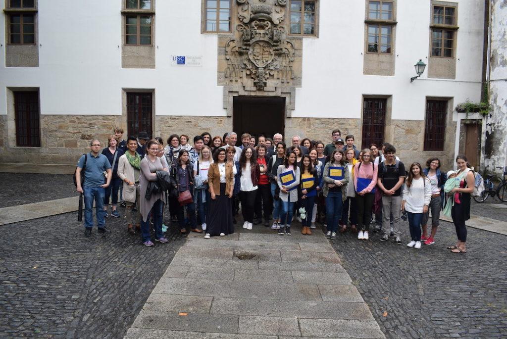 Valentín García y autoridades presentes con los estudiantes del curso en Santiago.