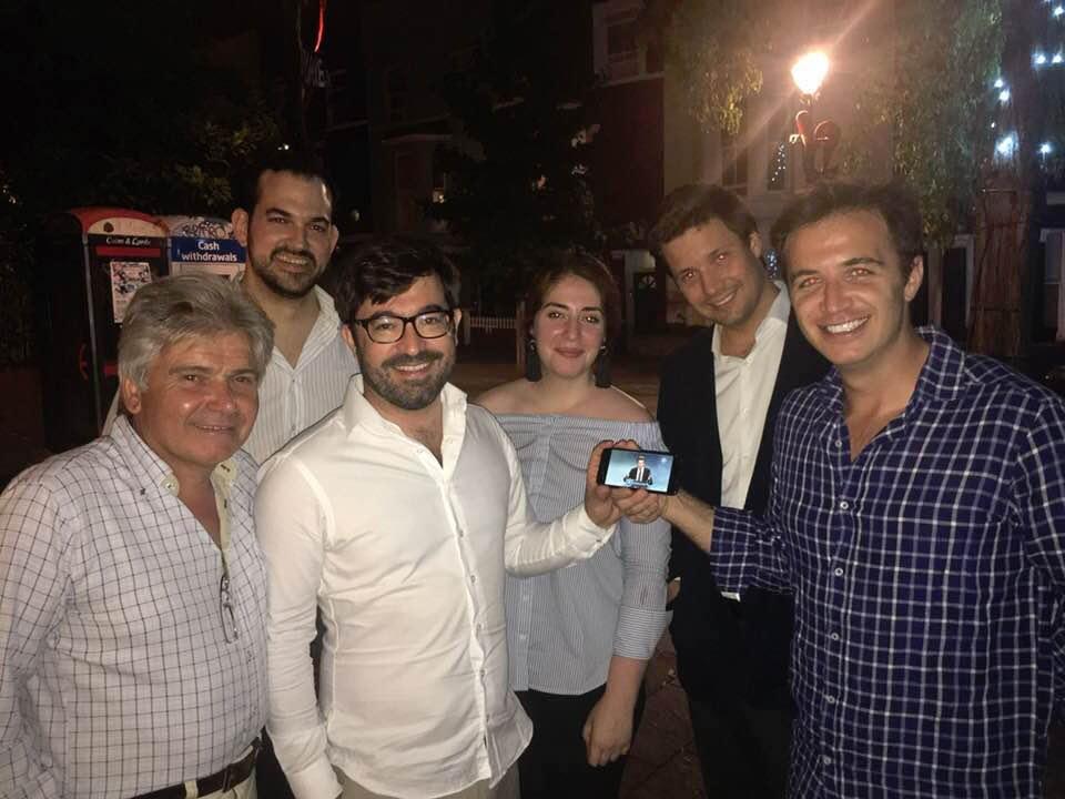 Directivos del PP en el Reino Unido, con su presidente Jesús Ledo (1º por la izquierda) a la cabeza, y algún militante en la noche del 5 en la votación de primarias en Londres.