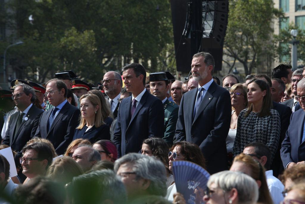 Los Reyes, el presidente del Gobierno, Pedro Sánchez, y el de la Generalitat, Joaquim Torra (1º izq.), con otras autoridades en el homenaje a las víctimas de los atentandos del 17-A.