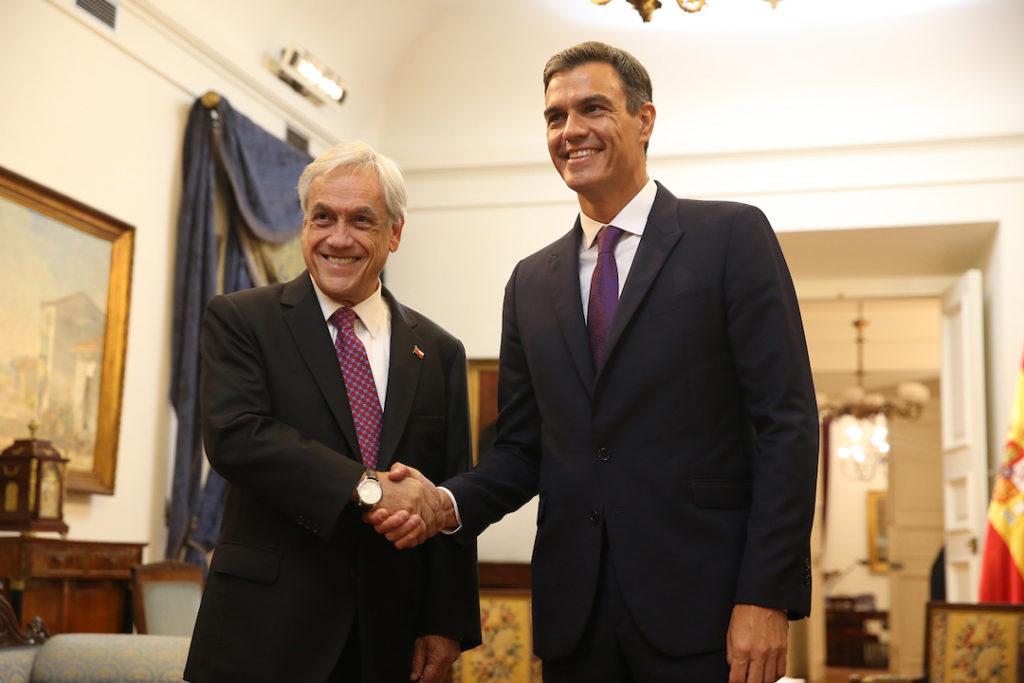 El presidente del Gobierno, Pedro Sánchez, y el presidente de Chile, Sebastián Piñera, se saludan al inicio de su encuentro de trabajo en Santiago de Chile, primera etapa del viaje de Sánchez a cuatro países de Latinoamérica.