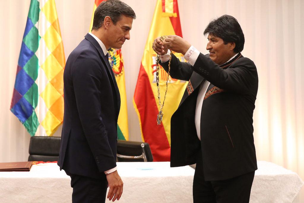 El presidente de Bolivia, Evo Morales, impone al presidente español, Pedro Sánchez, el símbolo acreditativo de la Orden Cóndor de los Andes, en el grado de Gran Collar, que le ha sido concedida.