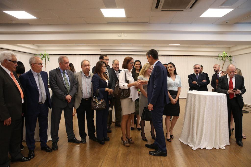 El presidente del Gobierno, Pedro Sánchez, saluda a los representantes de la colectividad española en Bolivia.