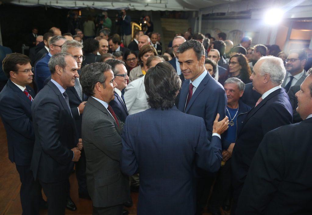 El presidente Sánchez saludó a los representantes de la colectividad.
