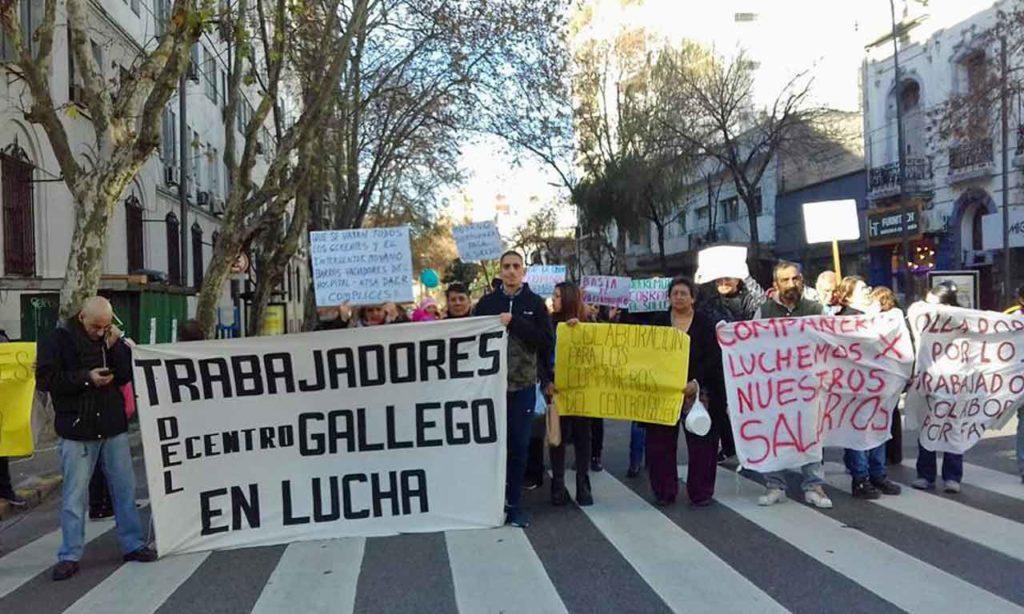 Los trabajadores del Centro Gallego en una manifestación frente a las puertas de la institución.